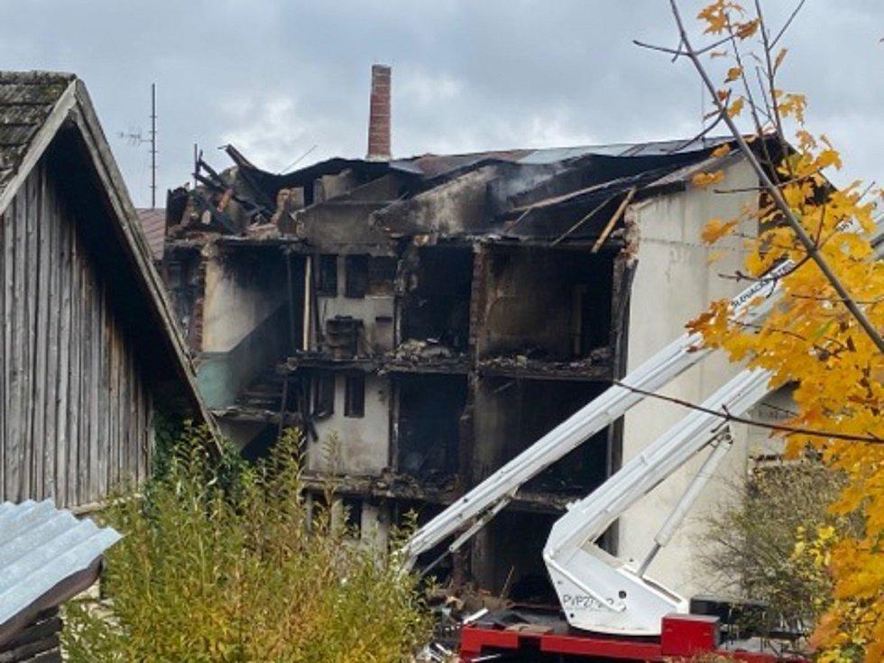 Pohled na výbuchem zničený bytový dům v Lenoře na Prachaticku. Při tragické události jeden člověk zemřel a devět lidí se zranilo, z toho dva těžce.