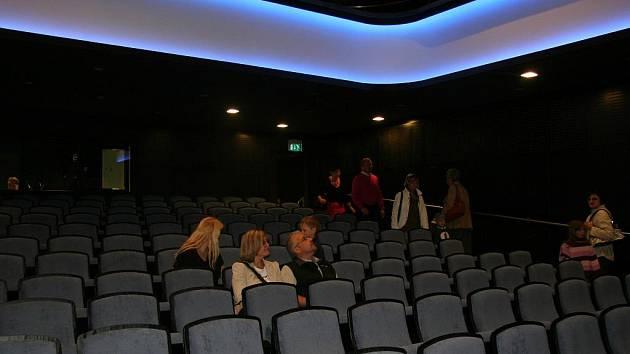 V sobotu dopoledne si přišli Prachatičtí prohlédnout nové Městské divadlo