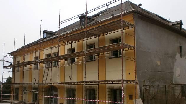 Přestavba bytového domu ve Volarech na domov pro seniory.
