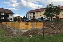 Na sídlišti Pod Lázněmi firma staví Rákosníčkovo hřiště.