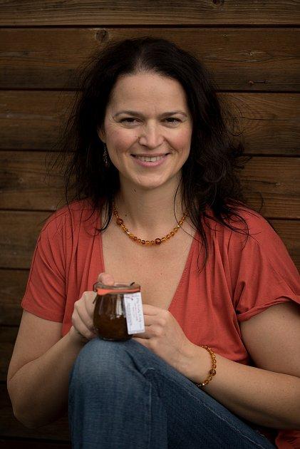 Jozefína Růžičková zPrachatic zvítězila ve světové gurmánské soutěži Great Taste Awards. Její fíkovo hruškový džem lze koupit ve-shopu, nebo vprachatické farmářské prodejně.
