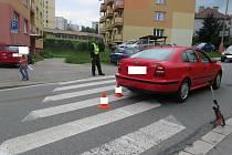 Červená Škoda Octavia srazila ve středu 17. června odpoledne chodce na přechodu v Husinecké ulici v Prachaticích.