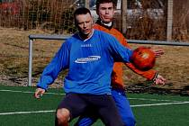 Vimperk skončil po výhře nad Katovicemi v Dudák Cupu pátý. Na snímku u míče vimperská posila ze Čkyně Jan Děd.