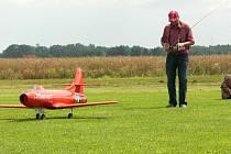 ZAJÍMAVÉ MODELY. V Babicích byly k vidění nejrůznější modely letadel, ale největší aplaus sklidil asi výkon turbinového stroje, který na snímku začínají připravovat modeláři z Německého Pockingu.