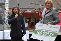 Karel Matějka převzal za městys Strunkovice nad Blanicí šek na sto tisíc korun. Cena i odměna byly překvapením.