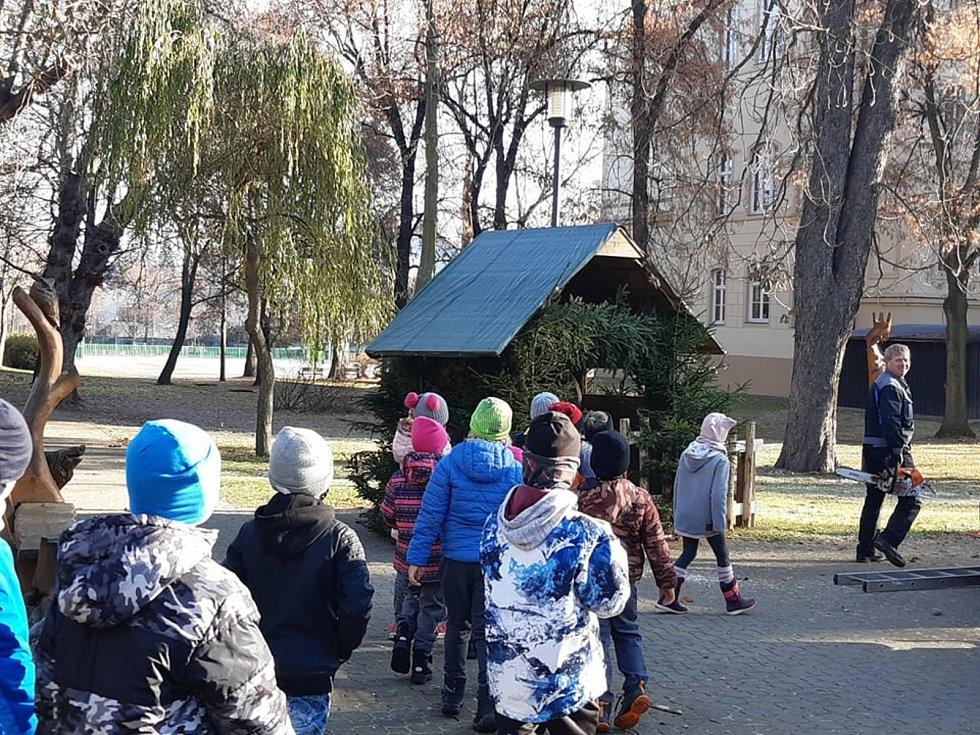 Rozestavěný betlém v parku okukují první děti.