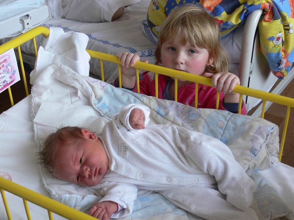 Denisa Fabiánová se narodila v prachatické porodnici v pátek 23. listopadu v 15.13 hodin. Vážila 3,76 kilogramu a měřila 50 centimetrů. Rodiče Pavlína a Václav jsou z Hracholusk. První fotografování si nenechala ujít sestřička Terezie (3).