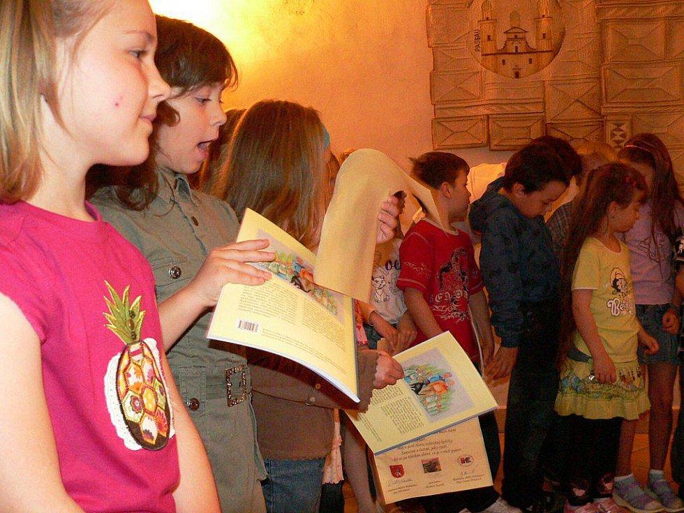 Děti byly pasovány na čtenáře.