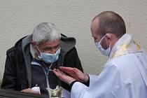 Pana Jaromíra křtí páter Rafael Maca.