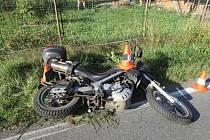 Řidič na motocyklu se střetl s osobním vozidlem.