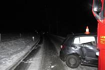 Na namrzlé vozovce dostal řidič smyk, narazil do kamionu.