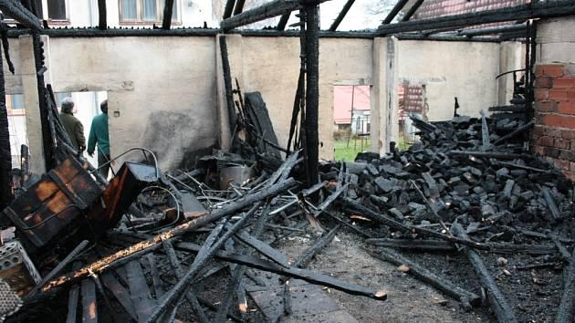 V Nové Peci sčítají škody po nedělním rozsáhlém požáru kůlen.