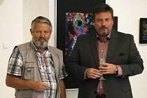 Zdeněk Přibyl má rád emotivní fotografie. Pracuje na tom, aby byl výtvarníkem. Je členem Asociace jihočeských výtvarníků a spolupracuje s jejím předsedou Vítem Pavlíkem (na snímku) a také prachatickou radnicí.