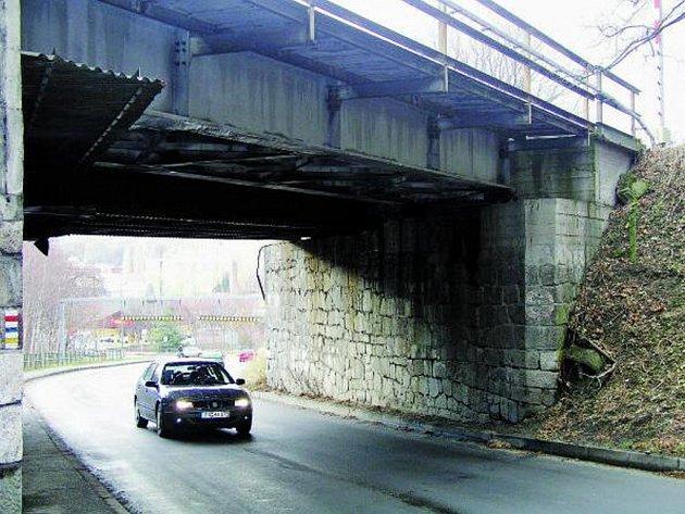 VIADUKT ČEKAJÍ OPRAVY. Zřejmě na jaře příštího roku se zavře přístupová cesta do Vimperka ve směru z Prachatic. Na vině je nutná oprava silnice pod viaduktem.