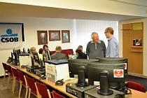 Zástupci Občanského sdružení Stanislavy Chumanové počítače, monitory a kopírky vimperským organizacím.