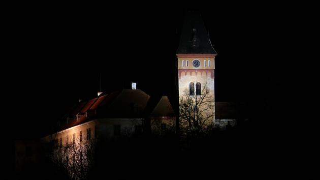 Vimperský zámek při nočním osvětlení.
