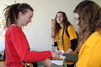Prachatický Český červený kříž již tradičně dobrovolníky s žlutými kytičkami posílá nejen do ulic, ale i do organizací a firem, kde jsou každoročně vítáni.