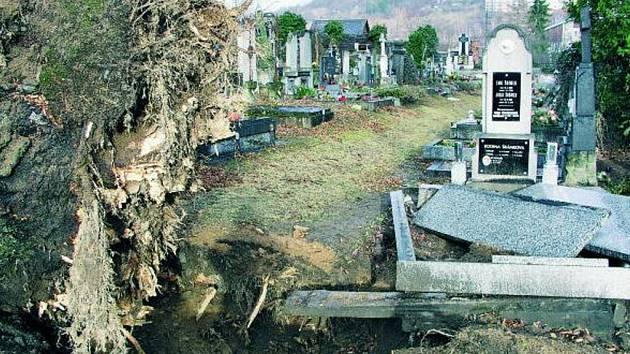 PONIČENÝ HŘBITOV. Poničené náhrobky, zcela zdevastovaný jeden z hrobů, který vyvrátily kořeny. To je bilance škod, které napáchala vichřice Emma na vimperském břitově.