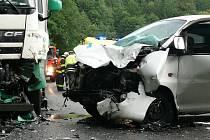 Náraz zcela zdemoloval přední část dodávky na straně řidiče.