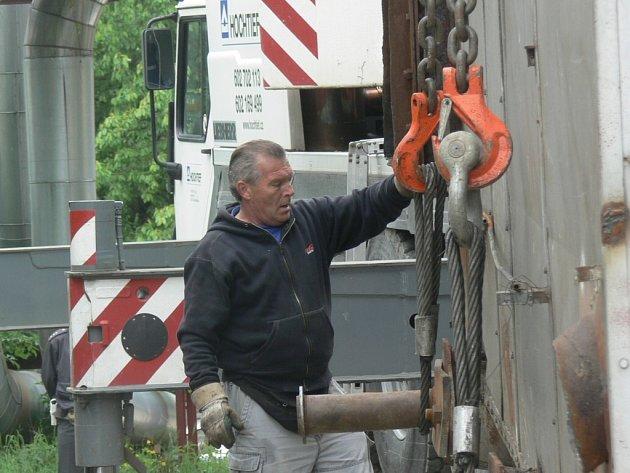 Kotel pracovníci pevně připevnili k lanům jeřábu.
