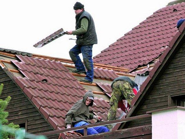 ZA TÝDEN BUDE HOTOVO. Hned včera začala stavební firma s opravami střechy vily domu dětí a mládeže. Již příští týden by tak mohla být budova opět v provozu.