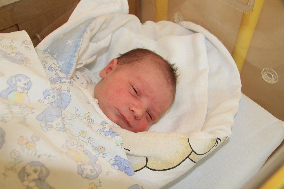 MATĚJ TROJÁK, LHENICE. Narodil se ve středu 6. listopadu v 17 hodin a 7 minutv prachatické porodnici. Vážil 3480 gramů. Rodiče: Lenka Danielová a Jan Troják.