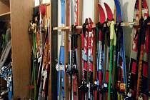 V ZŠ Borová Lada již mají děti přichystány lyže. Co kdyby napadlo.