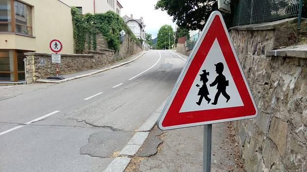 Chodci a zejména děti si musejí dávat větší pozor na cestě do školy v ulici Zlatá stezka v Prachaticích.
