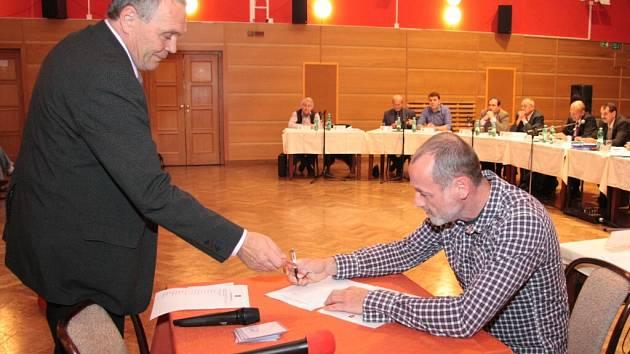 Luboš Drenčeni nastoupil po minulých komunálních volbách do svého čtvrtého volebního období. Slib zastupitele podepsal 6. listopadu 2014, toto pondělí na post v zastupitelstvu rezignoval.