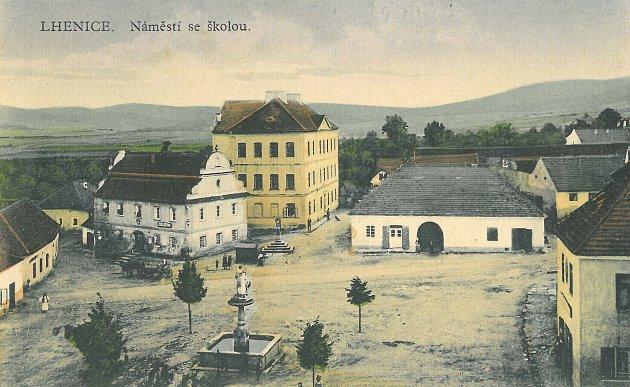 Lhenické náměstí, obrázek je z roku 1927, lipám na něm bylo tehdy osm let.