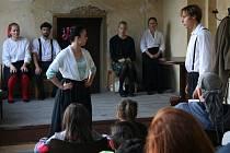 Druhý den festivalu Vimperský frňák nabídl divákům na zámeckých arkádách šest divadelních představení, dvě hudební vystoupení a poetický večer složený z autorské tvorby.