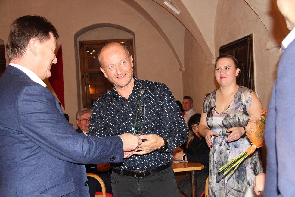Na podnikatelském fóru v Prachaticích předseda prachatické Jihočeské hospodářské komory Václav Franz předával ceny nejlepším podnikatelům roku 2019.