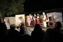 Spolek divadelních ochotníků Tyl z Netolic zahájil divadelní léto v zahradě na zámku Kratochvíle hrou Darmošlapky.