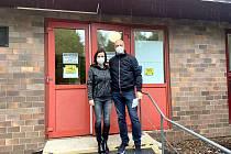 Markéta a Milan Rennerovi z Boršova nad Vltavou zvolili očkování v prachatickém OČKU. Dali na radu kamaráda. Termín dostali pár hodin po registraci a spokojení byli i s organizací v OČKU samotném.