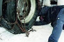 RYCHLE NASADIT. Řidiči kamionů mohli mít bez sněhových řetězů na silnici veliké problémy.