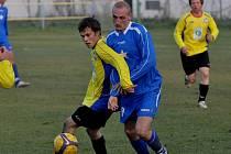 Čkyňský Král si kryje míč před Štěchem.