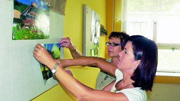PRÁZDNINY KONČÍ. Ve třídách  už učitelé připravují výzdobu na nový školní rok. Na snímku Dana Kůrková a Ivana Protivová ze SOU Netolice při přípravě nástěnky na pracovišti v Prachaticích.