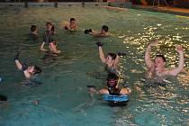 Hrami ve vodě, vodním aerobikem, vodním pólem a symbolickým přípitkem se Volarští na sedm měsíců rozloučili se svým bazénem.