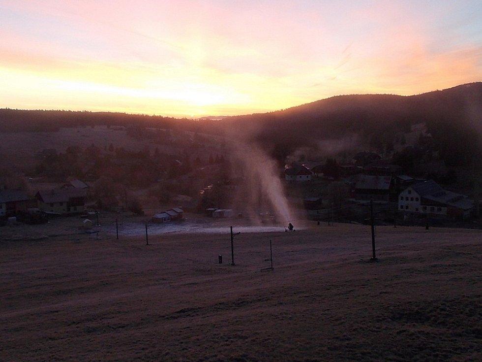 Ski areál v Kvildě byl o víkendu druhým v České republice, kde se spustilo umělé zasněžování.