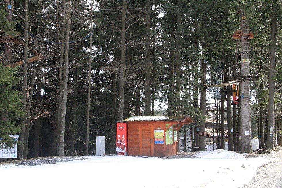 Na šumavském Zadově by se klidně dalo ještě lyžovat, vinou uzavření okresů je ale na Šumavě úplně prázdno.