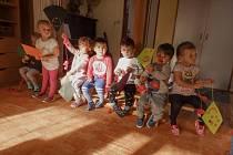 Děti z MŠ Paraplíčko vyráběly barevné draky.