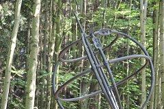 Místo, kde se protínají 49. rovnoběžka a 14. poledník je v lese na Láznich sv. Markéty u Prachatic. Od pátku 15. června už ho nikdo nepřehlédne.