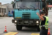 Řidič tatry najel na váhu, aby celníci zjistili, zda auto není přetíženo