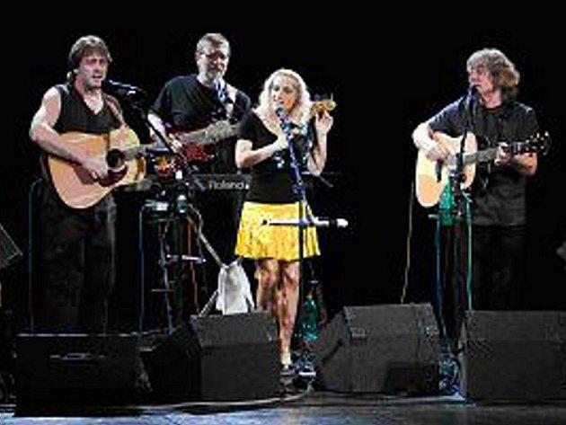 Když Pavel Žalman Lohonka stanul v září roku 1968 na pódiu jako člen čerstvě založené skupiny Minnesengři, netušil, co všechno s kytarou a písničkami během následujících čtyř desetiletí prožije.