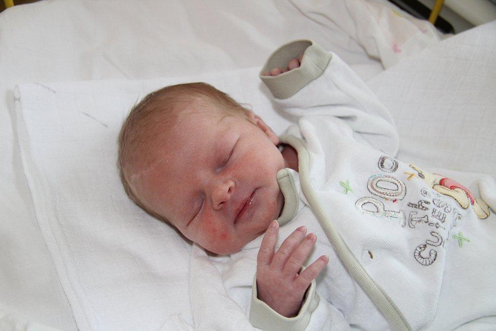 ANNA LUKEŠOVÁ, TĚŠOVICE. Narodila se v pondělí 28. října v 11 hodin a 16 minut v prachatické porodnici. Vážila 2740 gramů. Rodiče: Petra Šanderová a Martin Lukeš.