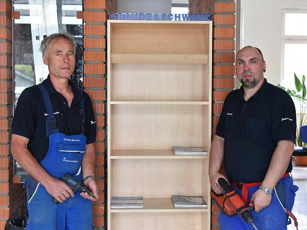 Instalace nové knihovničky v čekárně na autobusovém nádraží ve Vimperku.