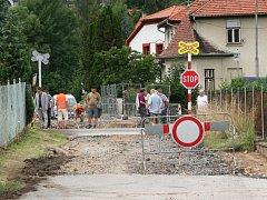 Podvrt pod železniční tratí pro novou kanalizaci z ulice Topolová do ulice U Zastávky bylo potřeba udělat v ocelové chráničce.