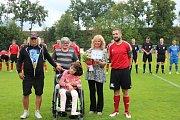 Strunkovičtí fotbalisté pomohli Kristýně Jirouškové peněžním darem na nákup zdravotních pomůcek.