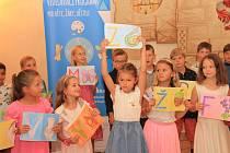 V Radničním sále města Prachatice dostali svůj čtenářský glejt žáčci 2. A ze ZŠ Zlatá stezka.