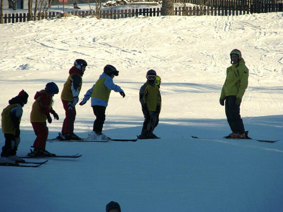 Na Libínské Sedlo vyrazila poprvé v letošní lyžařské sezoně v sobotu 10. ledna prachatická lyžařská škola, kterou provozuje majitel prodejny se sportovními potřebami Roman Kahuda. Odpoledne jezdilo po sjezdovce téměř padesát dětí.